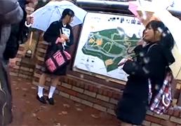 地方の観光スポットを修学旅行中だった女子校生と仲良くなって乱交!