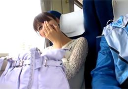 「えっ、ここで?」清楚で控えめな若奥様と電車の中でスリル満点のSEX!
