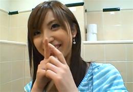 【素人】すっげー美人な彼女に駅のトイレでしゃぶらせるリア充の個人撮影