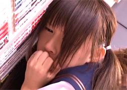 学校帰りに本屋で立ち読みしているところをレイパーに襲われるJK
