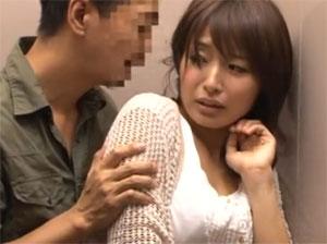 エレベーターで住人にレイプされ顔射される美人妻