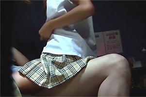 【盗撮】内緒でバイトしているピンサロで常連客にまたがり腰を振るJK