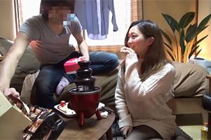 【盗撮】バレンタインに女友達からチョコもらい隠れ巨乳も頂くイケメン大学生