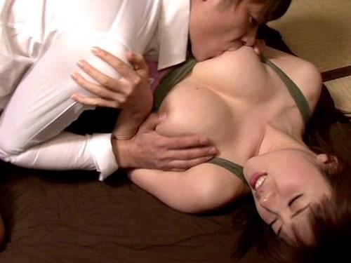カノジョの美人で美爆乳の親友を寝取りする男