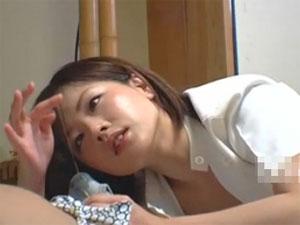 若い出張マッサージのお姉さんがパンツに染みたガマン汁に視線が釘付け