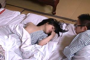 家族旅行の夜、浴衣はだけてポロリしている娘に欲情してしまった父親…