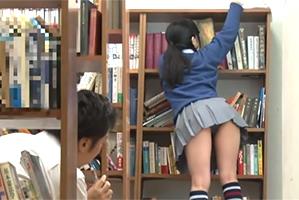 図書委員の作業に夢中でパンツマル見えな真面目女子に我慢できなかったBOYが…