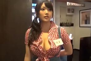 【素人】めっちゃ童顔なのにボタンが弾け飛びそうなHcupした下北沢のカフェ店員