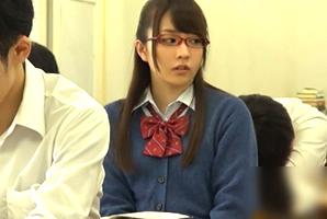 あの娘が教科書に隠してエロ動画を見ているのを発見!