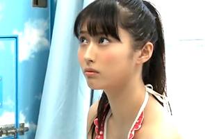 【MM号 in 海】流れのままゴムなしで童貞卒業させてくれたポニーテールの美少女大学生
