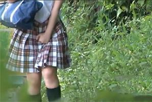 下校中、突然の尿意で間に合わず茂みでオシッコする女子校生を背後から即ハメ!