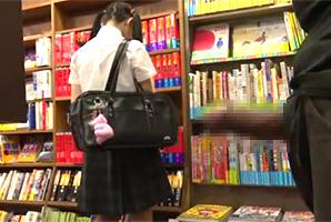 本屋で赤本を探す女子校生に背後から近寄り、スカート捲って一気ハメる強姦魔!