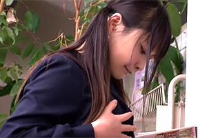 学校帰りにこっそりエロ本を立ち読みする女子校生にバックからぶち込んで中出し!