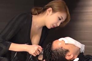 リピーターを増やすために軟らかいロケット乳を密着させる新人美容師☆